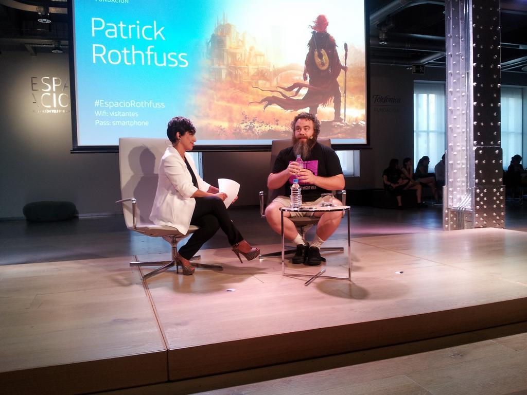 Patrick Rothfuss en la charla.