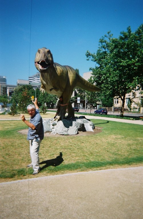 Stafford perseguido por t-rex